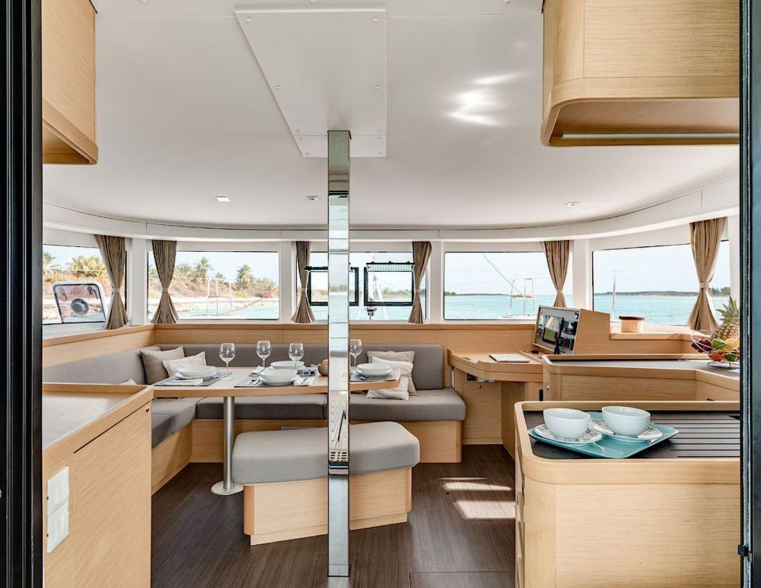 Katamaran innen  www.lagoon-catamaran.de/fileadmin/_processed_/9/e/...